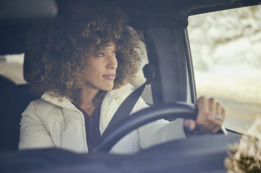 ANWB waarschuwt: dít is waarom je je winterjas al-tijd uit moet doen in de auto