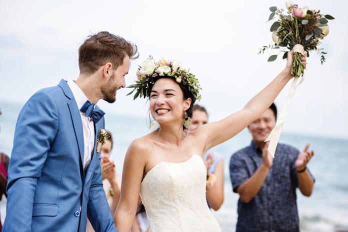 Waarom gooien we eigenlijk met een bruidsboeket?