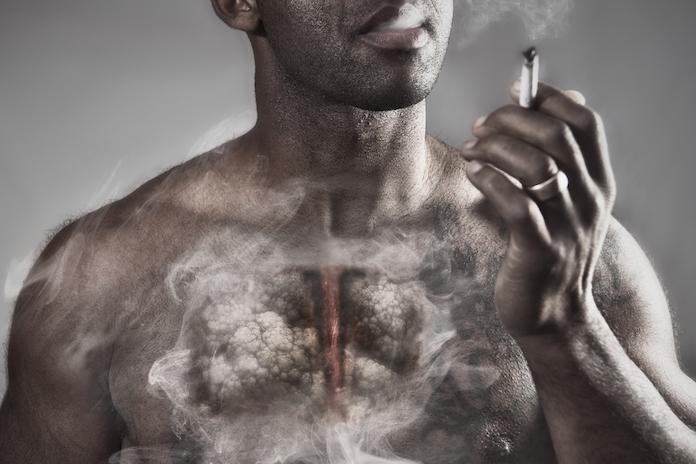 Heftig: verpleegster laat met echte longen zien welke schade roken aanricht