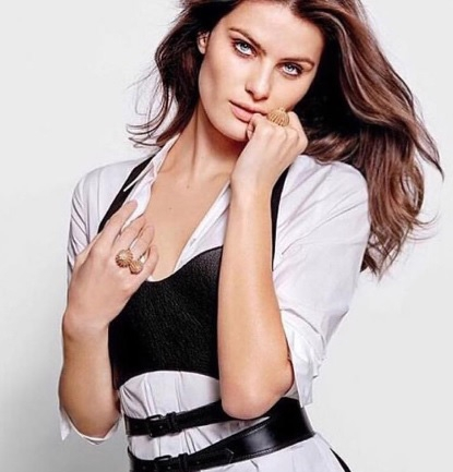 Zien: Victoria's Secret model trouwt in doorschijnende jurk