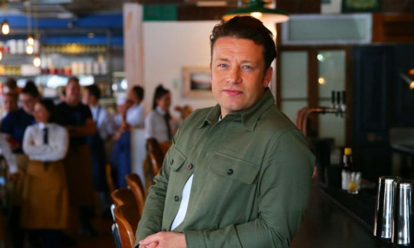Jamie Oliver nodigt slachtoffers van brand in Londen uit in zijn restaurant