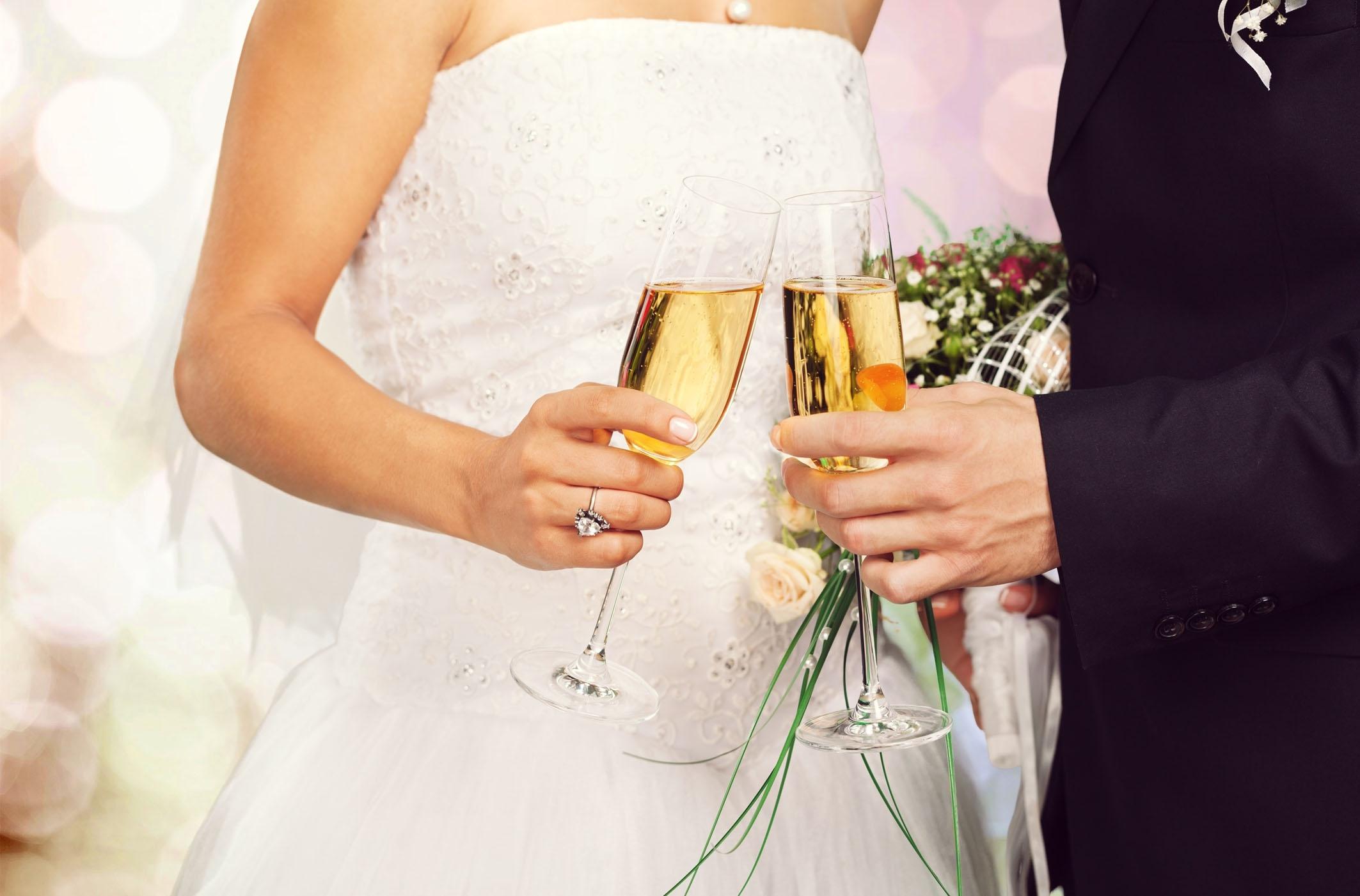 Wel of geen alcohol op je bruiloft? Deze bruid stelde het internet de vraag!
