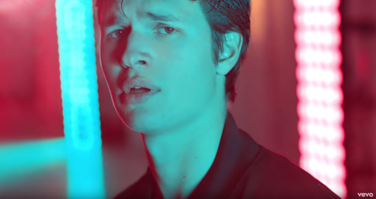 OMG: 'The Fault In Our Stars'-acteur Ansel Elgort brengt sexy videoclip uit