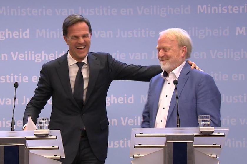 Rutte drukt Nederlanders op het hart: 'Stop met handen schudden' (en gaat zelf meteen de mist in)
