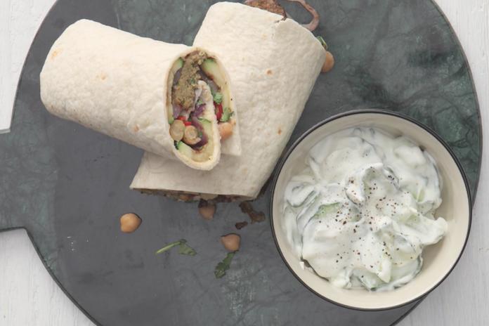Heerlijk lunchen óf dineren: zo maak je wraps met falafel en hummus