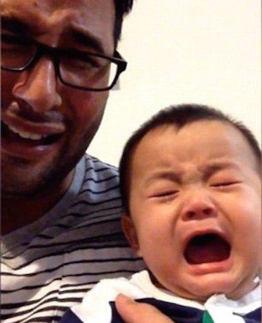 Baby huilt als papa huilt