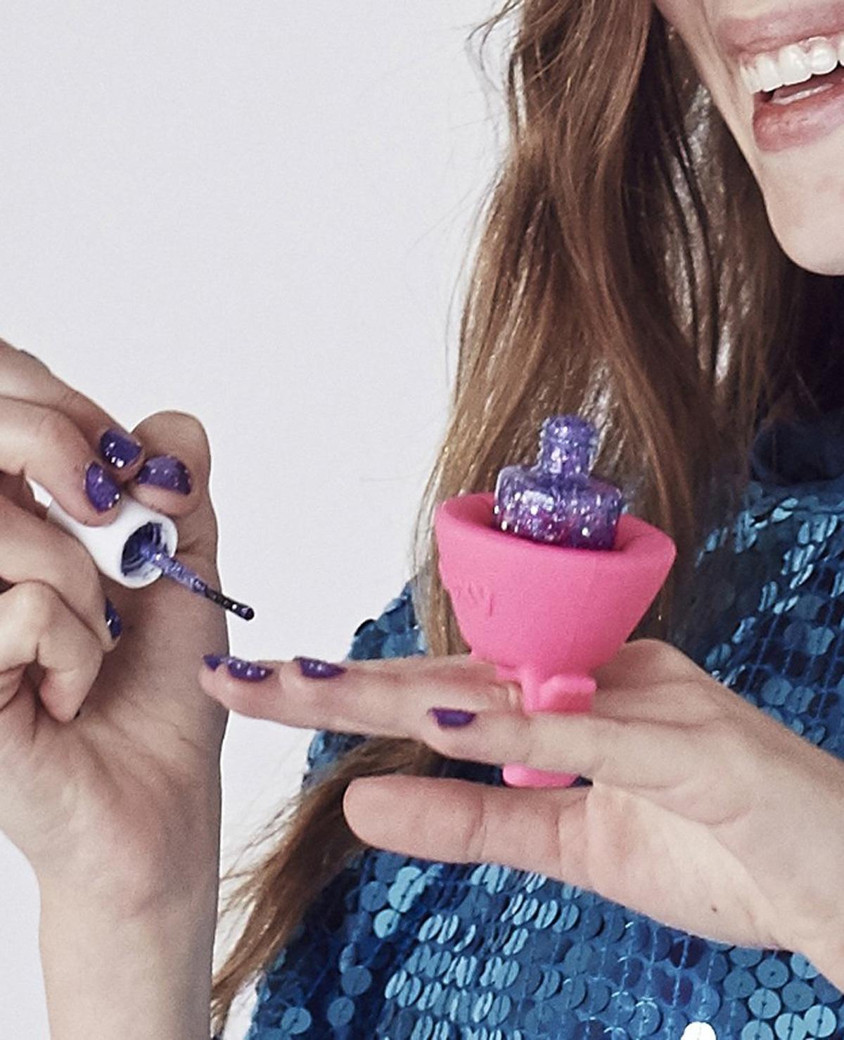Deze geweldige gadget helpt je met nagels lakken!