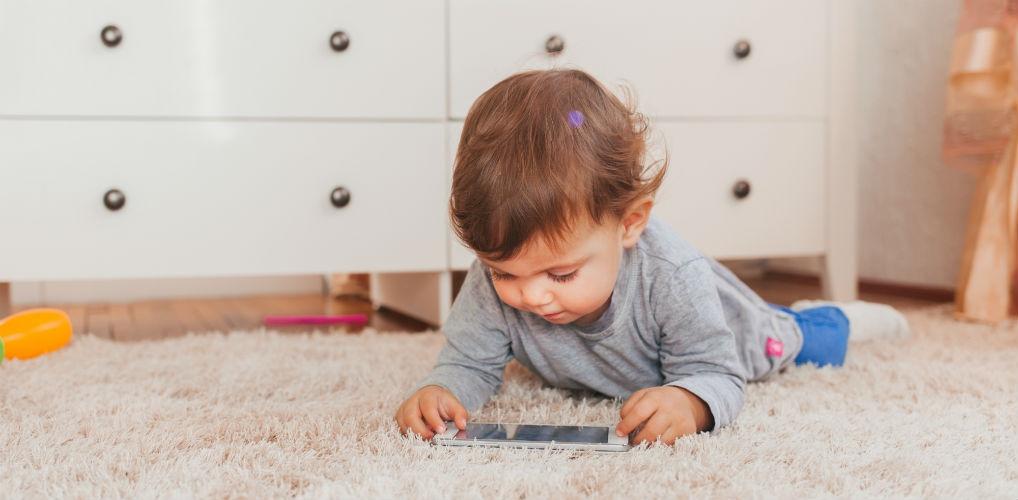 Steeds jonger een mobieltje: te vroeg of noodzakelijk?