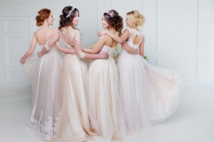 Jaaa: híer kun je (voor de leuk!) trouwjurken passen met je vriendinnen