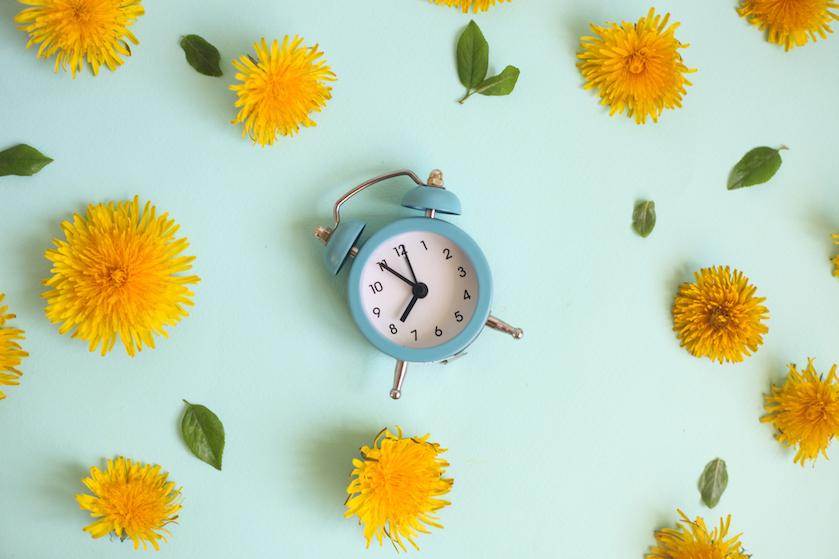 De klok gaat weer vooruit: zó bereid je jouw lichaam het best voor op de zomertijd