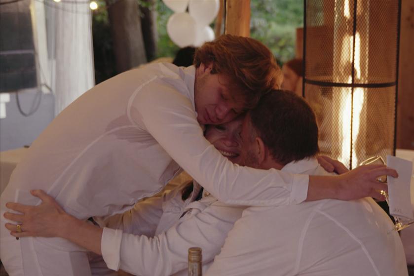 Zoon Bibian Mentel in tranen in hartverscheurende nieuwe docu: 'Mama verliezen is mijn grootste angst'