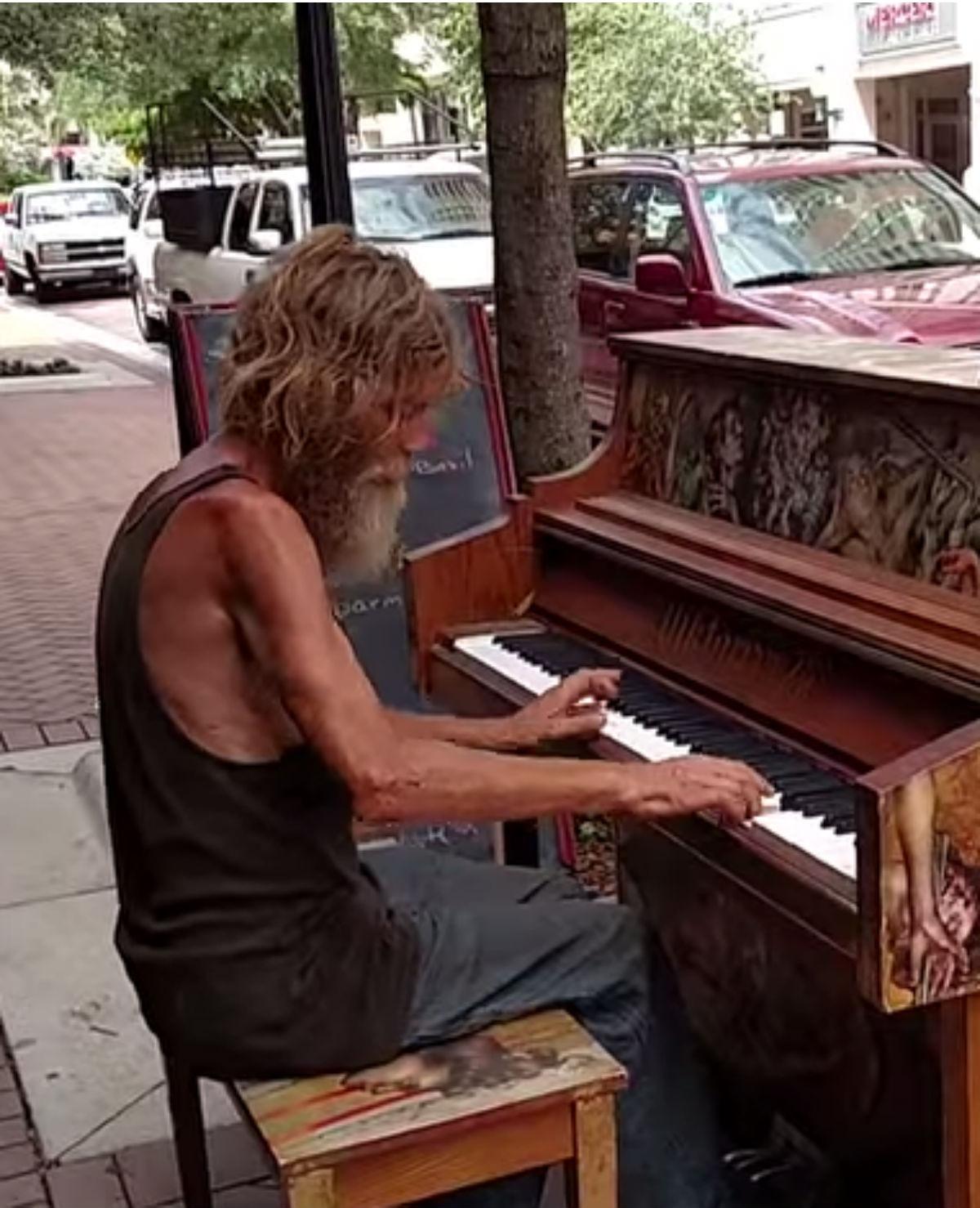 50-jarige zwerver speelt prachtig piano