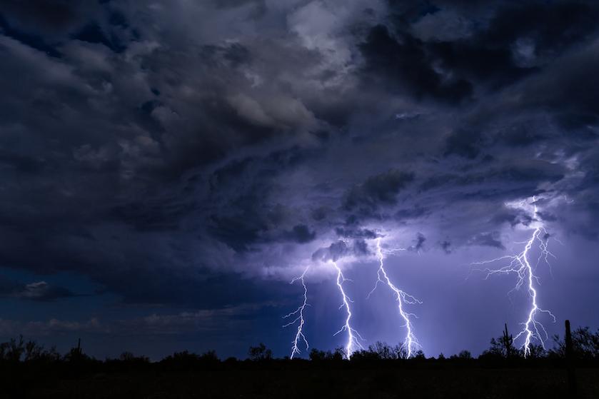 Nog maar éven genieten van de tropische hitte: enorme bak onweer op komst