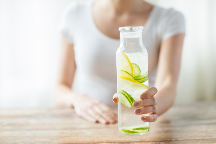 Dit doet drie liter water per dag drinken met je huid