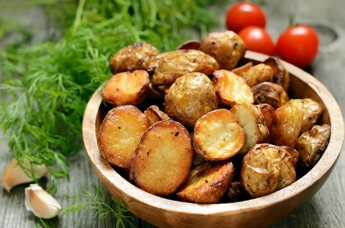 Zo worden je gebakken aardappeltjes áltijd heerlijk krokant