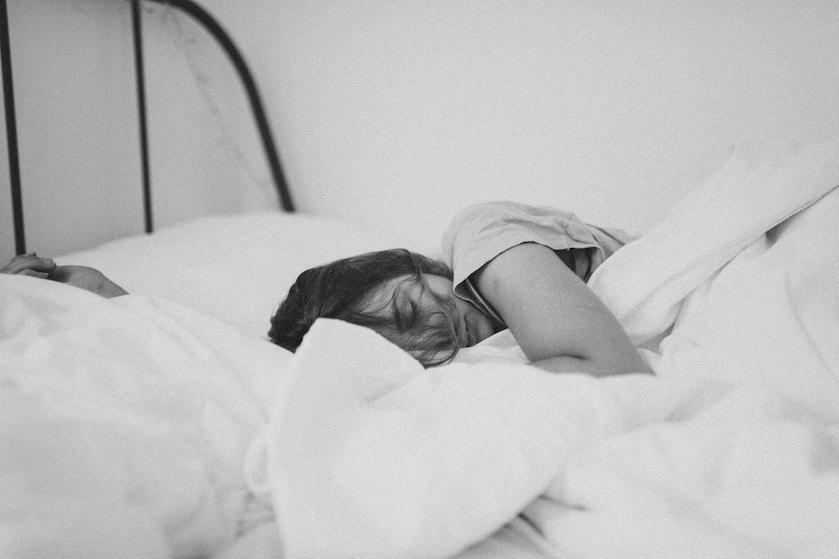 Waarom je lastig kunt slapen zonder deken, óók als het heet is
