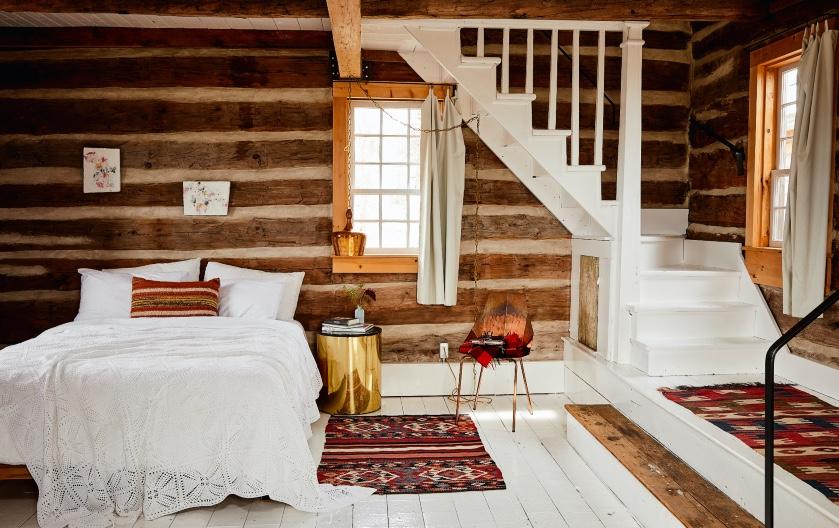 Binnenkijken in een Canadese blokhut uit 1860: 'Alleen de matrassen, beddengoed en handdoeken zijn nieuw'