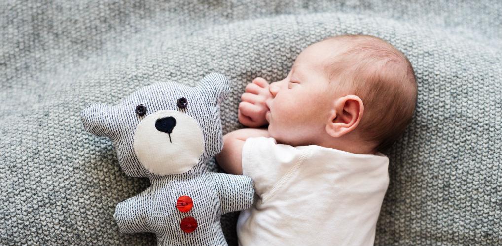'Baarmoedergeluiden opzetten' en 5 andere tips om je baby zelfstandig te laten slapen