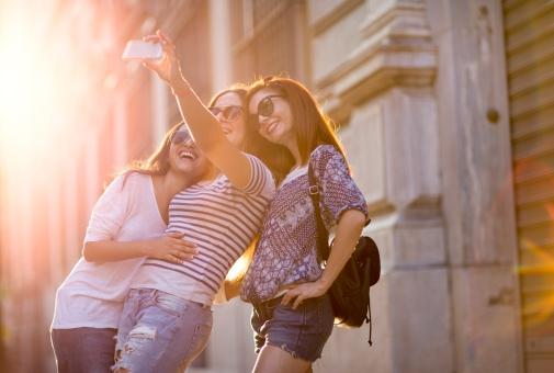 Wordt 'fingermouthing' de nieuwe selfietrend?