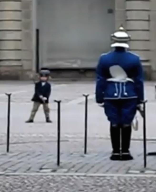 Een jongetje imiteert de bewaker en dan gebeurt er dit…