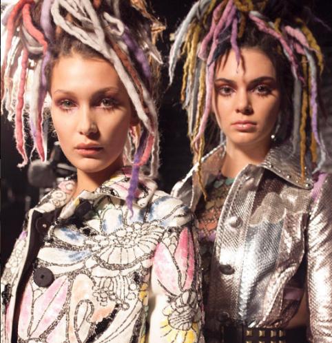 Bijzondere look voor de zusjes Hadid en Kendall Jenner bij show Marc Jacobs