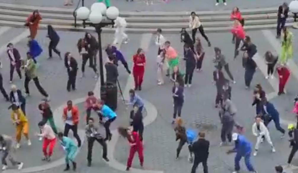 ZIEN: Kleurrijke flashmob met meer dan 200 mensen in hartje New York!