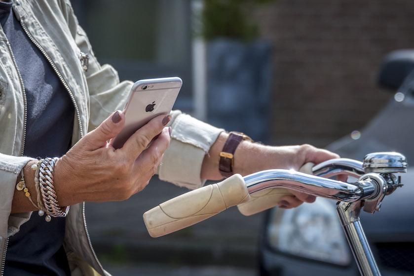 Vanaf vandaag écht niet meer: voortaan dikke boete voor appen op de fiets