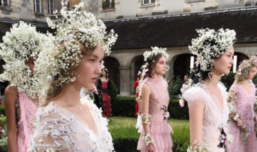 Vergeet bloemenkransen: dit merk introduceert bloemensjaals!