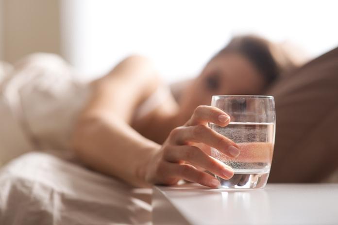 Word je vaak 's nachts wakker met enorme dorst? Hier komt het door