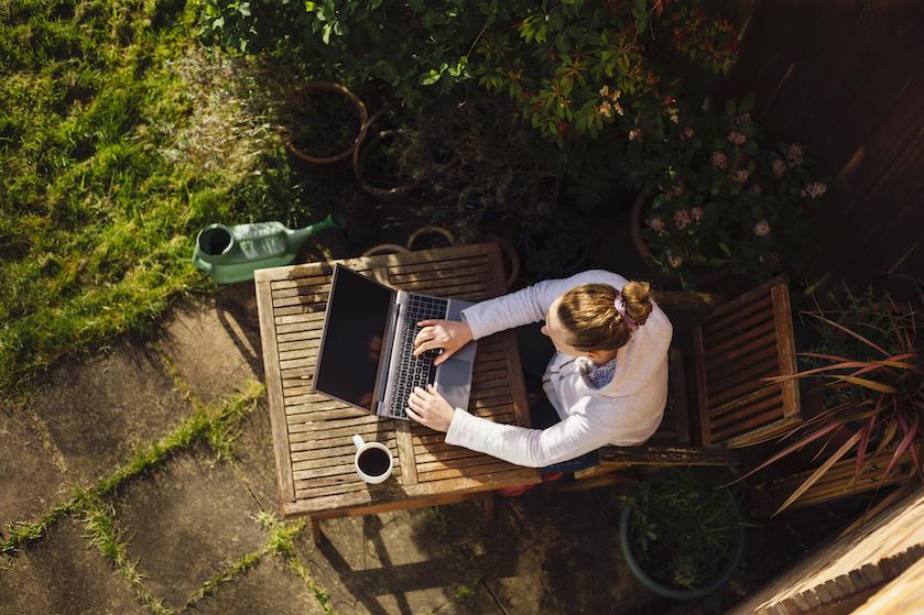 Met déze geniale lifehack kun jij zonder problemen met je laptop in de zon werken