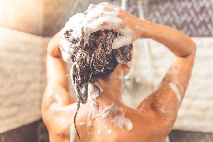Conditioner gebruiken vóór shampoo: werkt dat?
