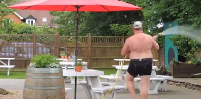 Video: deze hilarische tuinman gaat je dag maken