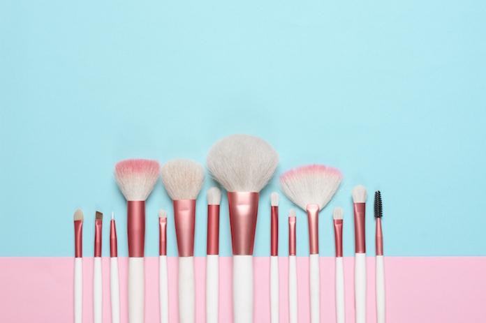 De makkelijkste manier om make-up kwasten te reinigen