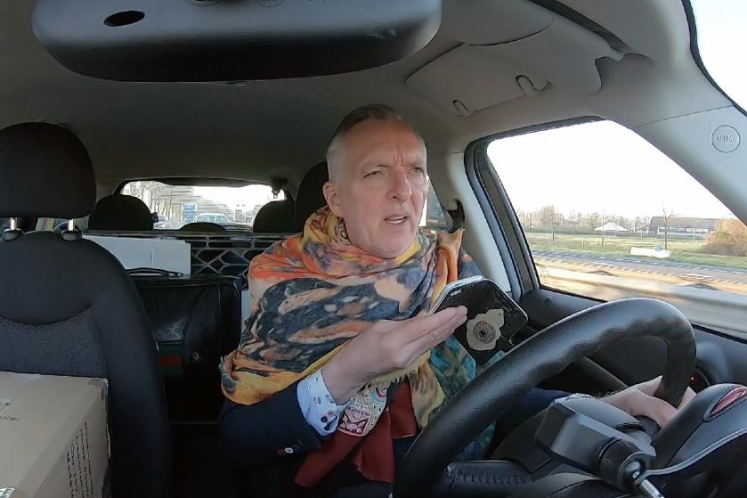 Kijkers 'Chateau Meiland' woest op Martien die belt achter het stuur: 'Slecht voorbeeld!'