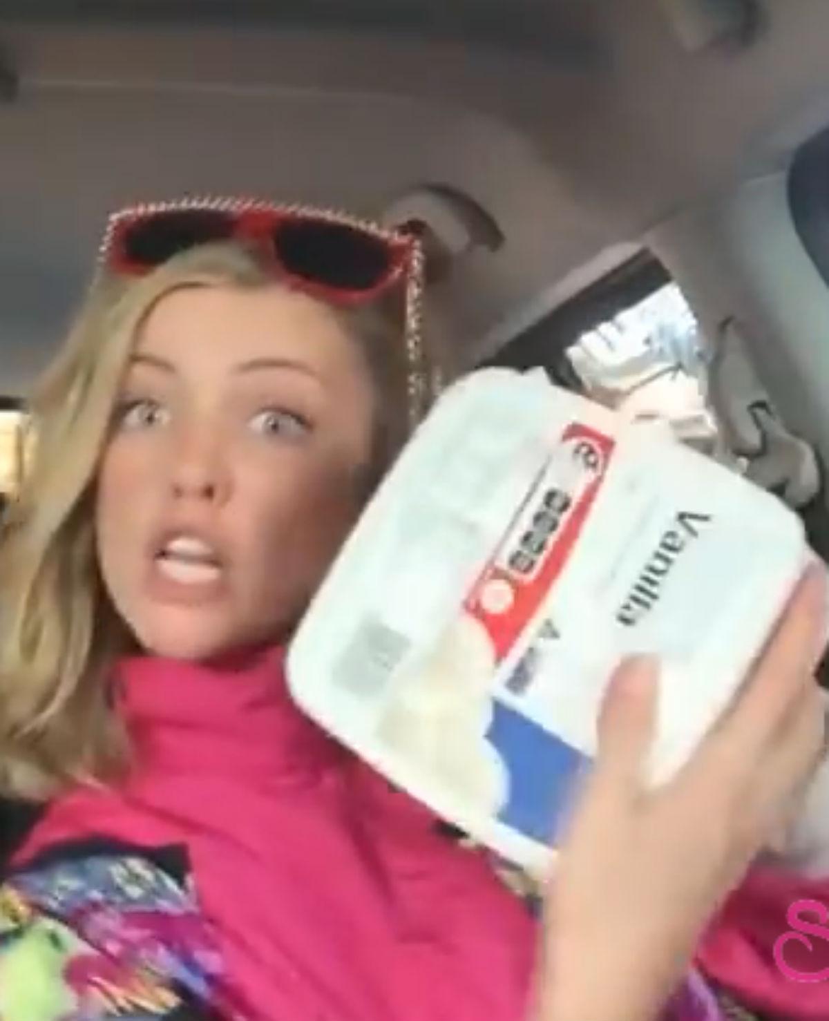 Drie meiden doen nieuwe versie Ice Ice Baby