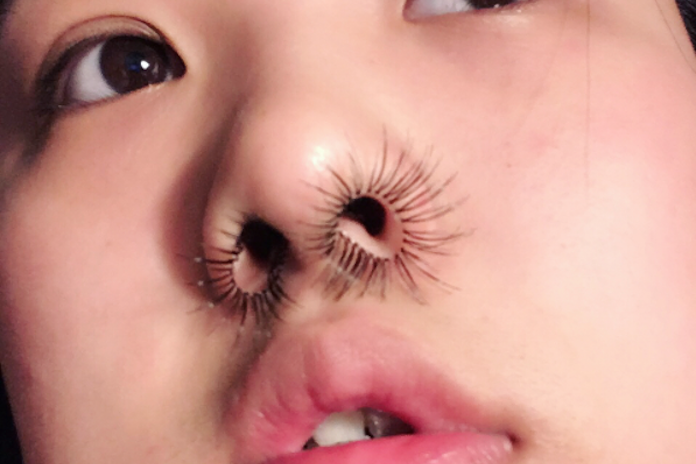 Te bizarre beautytrend: neushaarextensions