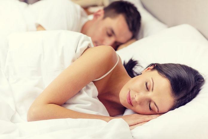 Studie wijst uit: meer slaap kan je relatie redden
