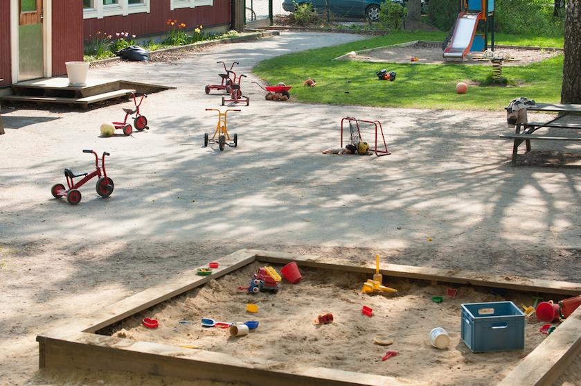 De kids wekenlang binnen houden is een uitdaging: mogen ze nog (buiten) spelen met vriendjes?
