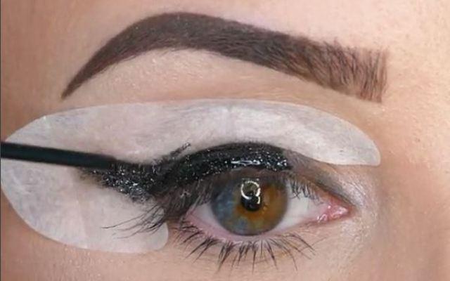 Met deze handige stickers zit je eyeliner altijd perfect