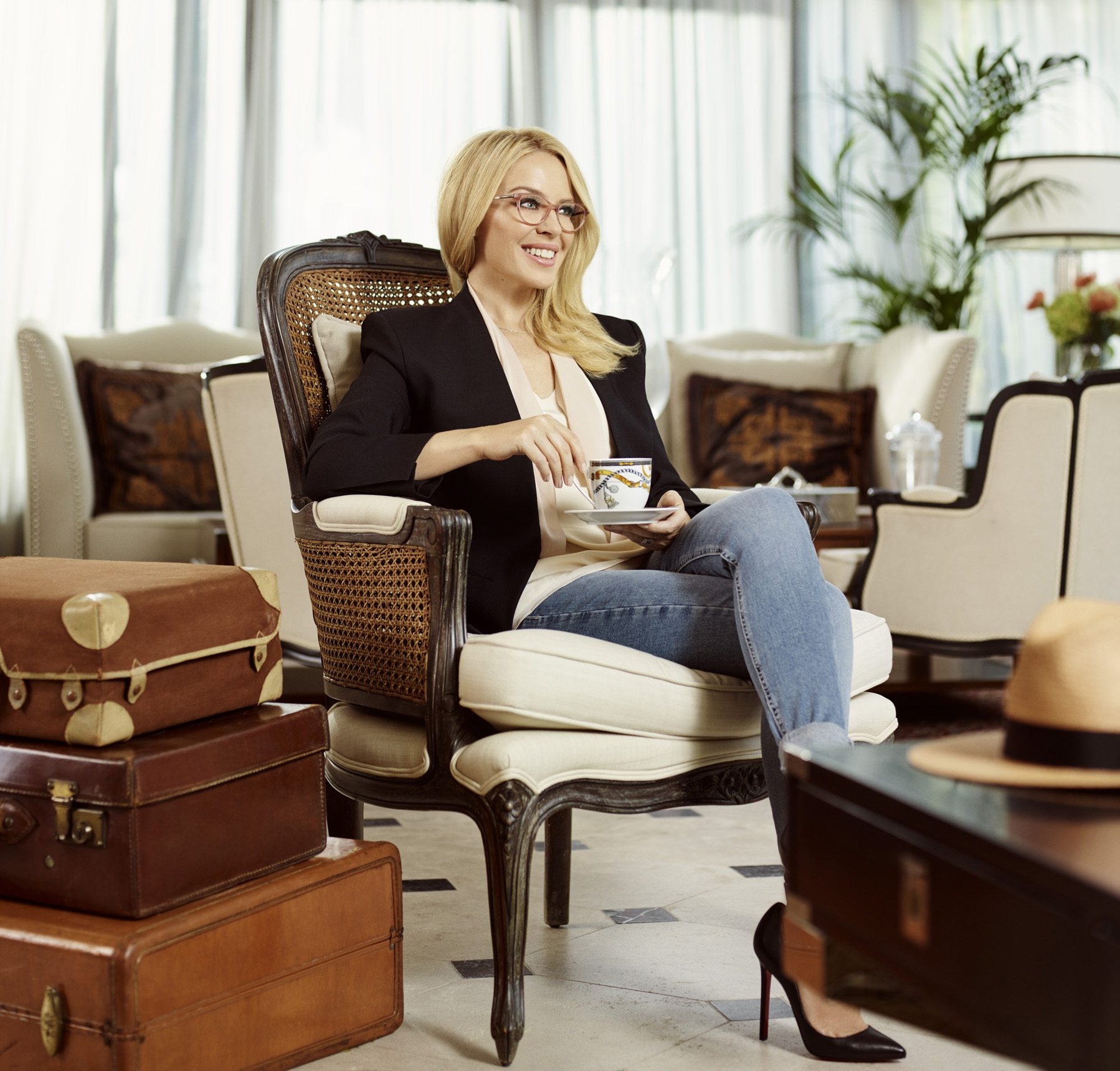 ZIEN: Kylie Minogue lanceert eerste brillencollectie met Specsavers