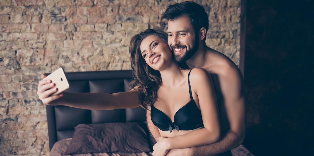 Erotisch verhaal: 'Ik draaide me op mijn buik en terwijl mijn vriend me gretig van achteren nam, werd alles gefilmd'