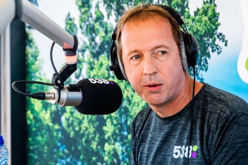 Edwin Evers is begonnen aan twaalf uur durende marathonuitzending