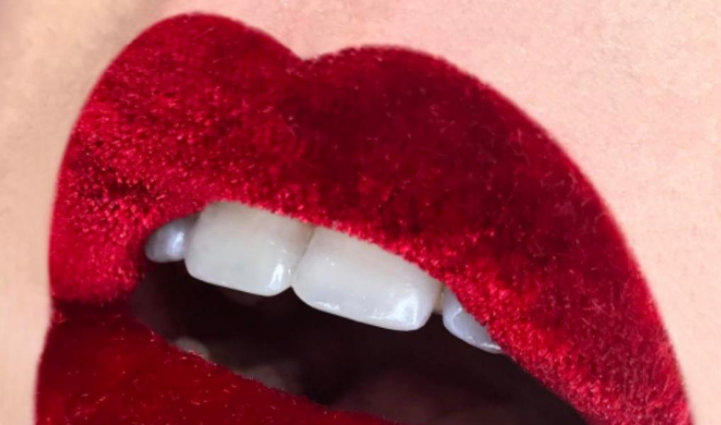 Say what?! Deze make-up artist bedekt haar lippen met echt fluweel