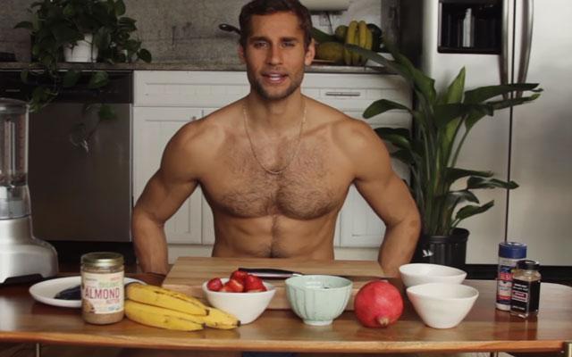HOT: van deze halfnaakte Spaanse god willen wij best kookles krijgen