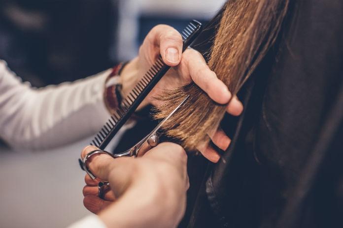 Hartverwarmend: zó worden pruiken voor Stichting Haarwensen gemaakt