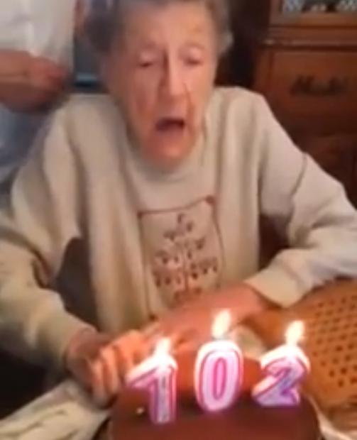 Jarige oma (102) blaast kaarsjes uit
