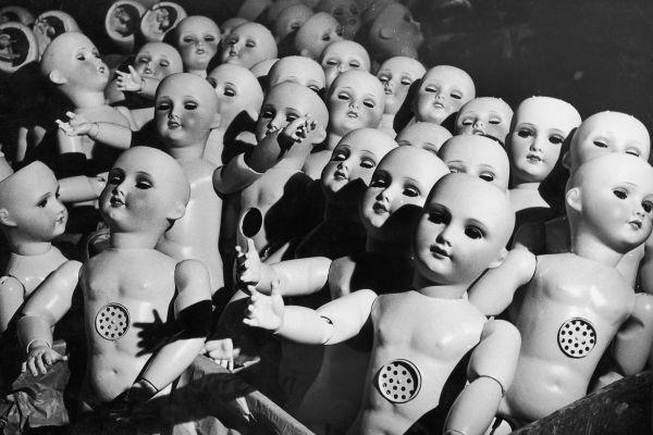 Brrr: deze foto's uit een oude poppenfabriek zijn zó creepy