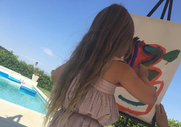 CUTE: Het 5-jarige dochtertje van Victoria Beckham ontwerpt eigen T-shirt