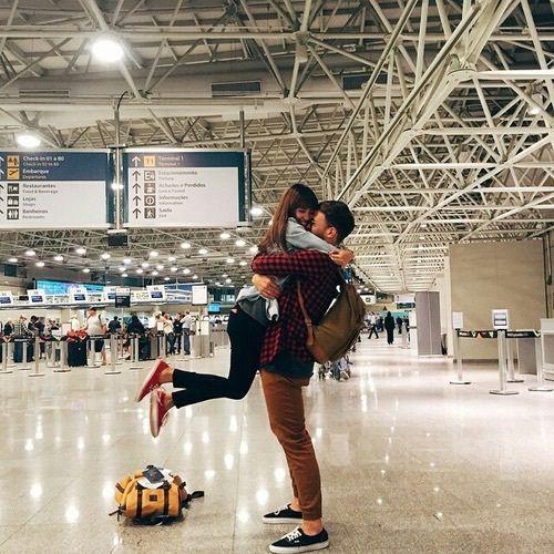 ZIEN: Deze jongen vraagt zijn vriendin ten huwelijk met behulp van een .. bagageband!?