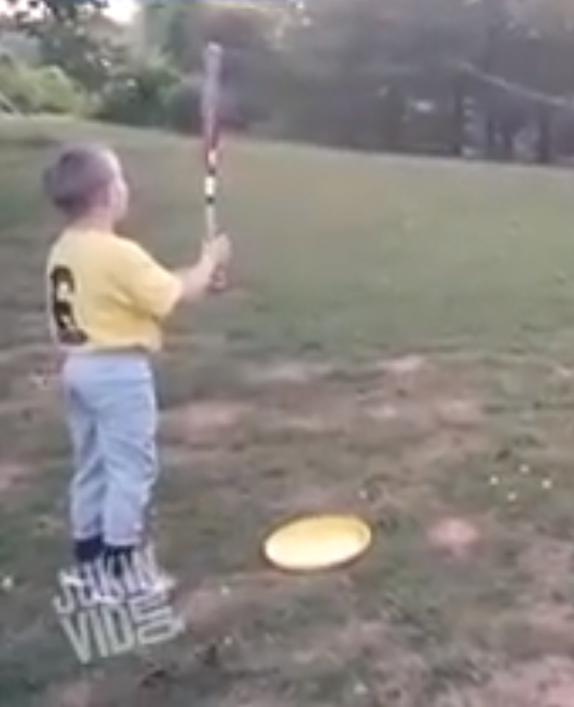 Vader speelt potje honkbal met zoon op briljante manier